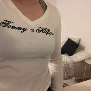 Vit Tommy hilfiger tröja. Strl S
