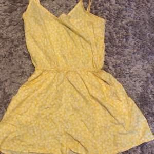 Säljer en jätte fin jumpsuit som är gul med små blommor 🌼 jätte skönt material,  säljer tyvärr denna för att den är inte till någon använing:)