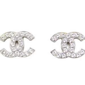 Säljer mina kära  Chanel örhängen pgd av att de inte används längre... De ser nya ut förutom att de tappat två diamanter, det synns dock inte och man kan klistra på nya diamanter. De är fake!💕