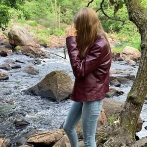 FAKE läder jacka! Väldigt fint skick! I storlek L, men jag har själv storlek S och den passar även mig bra! :)