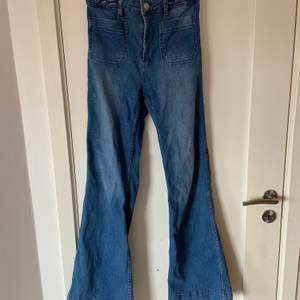Säljer dessa coola bootcut/flare jeans från hm. Högmidjade i storlek 36. 70-tals vibe, väldigt snygga men lite för korta på mig.