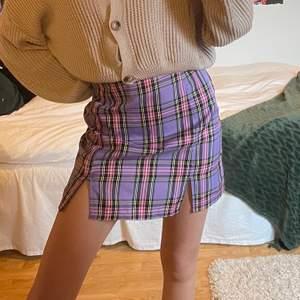 Säljer den här superfina kjolen då den tyvärr är alldeles för stor på mig! Säljs för 111kr på shein, aldrig använd!🥰 står ej storlek men skulle tippa på M!! Frakt ingår ej🥰