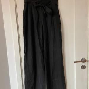 """Säljer dessa snygga vida byxorna från hm då dom är för korta för mig, annars helt perfekta och skitsnygga. Lite """"paperbag"""" modell."""
