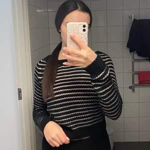 Säljer denna stickade tröja. Storlek ONESIZE men skulle säga att den passar XS/S. Köparen står för frakt 💞