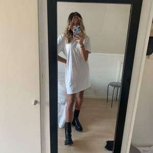 Oversize T-shirt klänning. Är 172cm lång på bilden ✨