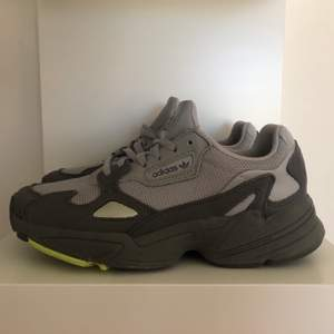 Sparsamt använda och i gott skick! Super skön sneaker verkligen!! Säljes endast pga att dem inte kommer till användning. Köparen står för frakt 💜💜
