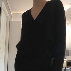 Fin svart v-ringas tröja från BikBok. I relativt bra skick, använd sparsamt.
