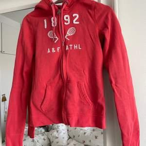 Corso färgad zip hoodie från abercrombie and fitch. Tröjan är i storlek S.                                                             Betalning sker via svisch, tröjan finns i Stockholm