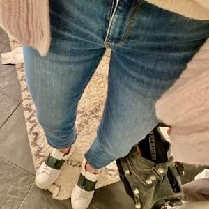 Säljer dessa blåa jeans då jag inte får någon användning för dem! Är sjukt snygga på sommaren till ex en stickad tröja eller bara till en vanlig t-shirt🥰