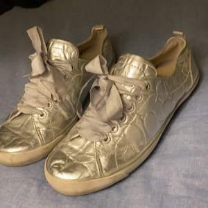 Fina skor från Coach i storleken: 42-43 om du vill att jag fraktar så kan blir det 129kr