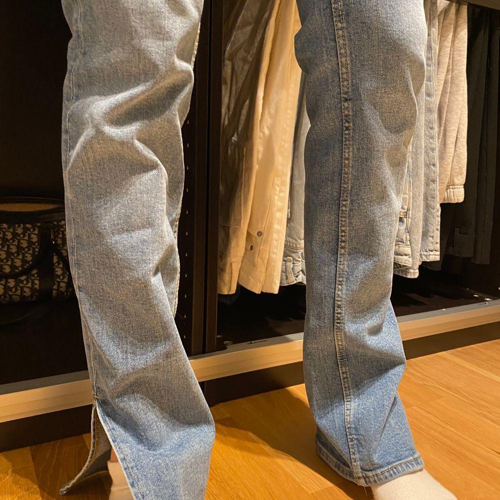 Snygga jeans ifrån Zara med slits nertill, endast testade! Strl 36 men funkar även en 34. Säljer för 210kr + frakt 🤎. Jeans & Byxor.
