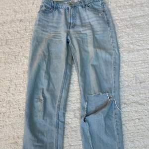 Mom jeans från bershka i storlek 34. Nypris 400kr. Väldigt använda men ändå bra kvalitet. Gjort hålet själv.