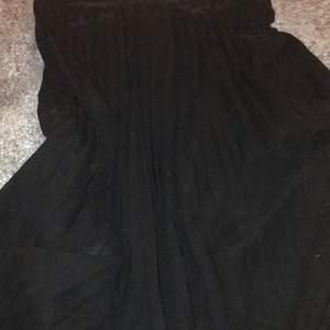Svart,veckad vadlång kjol från monki med midjeband och två lager! Storlek S men väldigt elastisk, jag har vanligtvis M