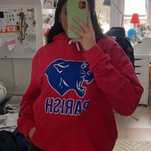 Super snygg röd VINTAGE COLLEGE hoodie, UNISEX. Riktigt skön hoodie, storleken är M/L och passar super på mig som brukar ha S/M på hoodies, sitter oversized. Buda med 20+.