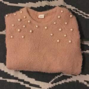 En snygg tröja som min syster säljer eftersom den har växt ut henne. Den är i nyskick och mycket söt☺️ kontakta gärna vid flera frågor/bilder.