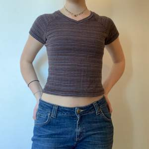 Fin randig t-shirt!!! V-ringad och croppad. Lite mer grövre material, perfekt till våren. Köpt i Lund på secondhand. Så fin!!!!