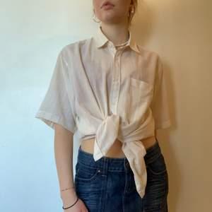 Vårigaste skjortan! Superfina färger i gult och vitt. Riktigt bekväm och i gott skick. Köpt på secondhand, tror det var på Myrorna. Har en praktisk bröstficka! Storleken är okänd, men jag är S/M