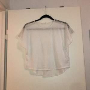 En vit, lite genomskinlig väldigt fin party t-shirt med spets. I mycket bra skick. 48,60 kr totalt, med frakt och allt.