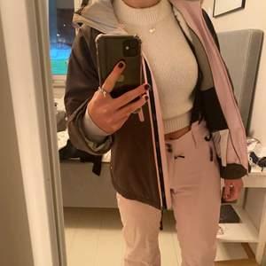 Skitställ från Sportswear of Sweden, kostar cirka 10 000 på nypris. Jätte bra skick men kommer tyvärr inte till användning