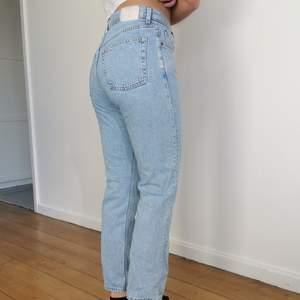 Säljer mina weekday jeans som är köpta förra sommaren! Använda ett fåtal gånger då de är för stora för mig🤍 förhandlingsbart pris!