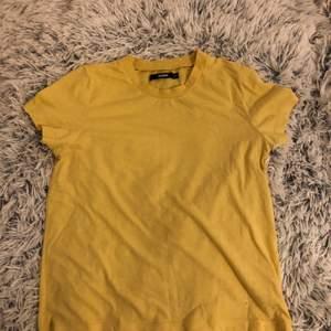 Söt gul tshirt bara använd en gång! :) Används inte, säljs därför. Den är som ny!