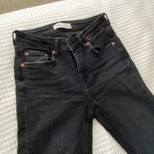 Svarta jeans i storlek S från Zara. Jeansen är använda få gånger och i fint skick 💗