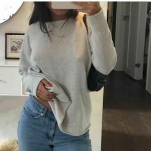 Två första bilderna är lånade! Superskön stickad tröja från Brandy Melville i 90% ull (tycker dock inte att den kliar som andra ulltröjor brukar göra). Pyttelite nopprig men inget man tänker på! Frakt tillkommer på 66 kr🤍