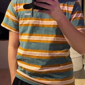En t-shirt från Obey i storlek S. Den är köpte på zalando för 479kr och jag har använt den en gång.