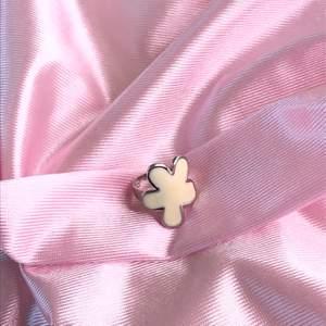 Super fin y2k inspirerad blom-ring. Den vita delen är creme vit. Ringen går att göra större/mindre. Fri frakt 💕