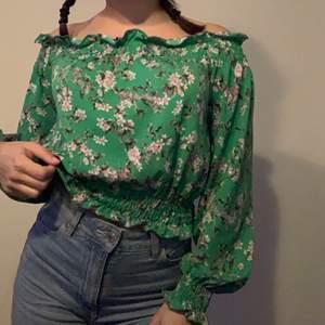 En din blommig tröja från Gina 50 kr plus frakt❤️