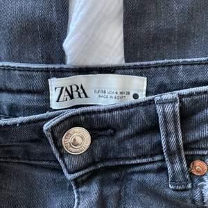 Gråa utsvängda jeans från zara, jättesköna och stretchiga💓💓