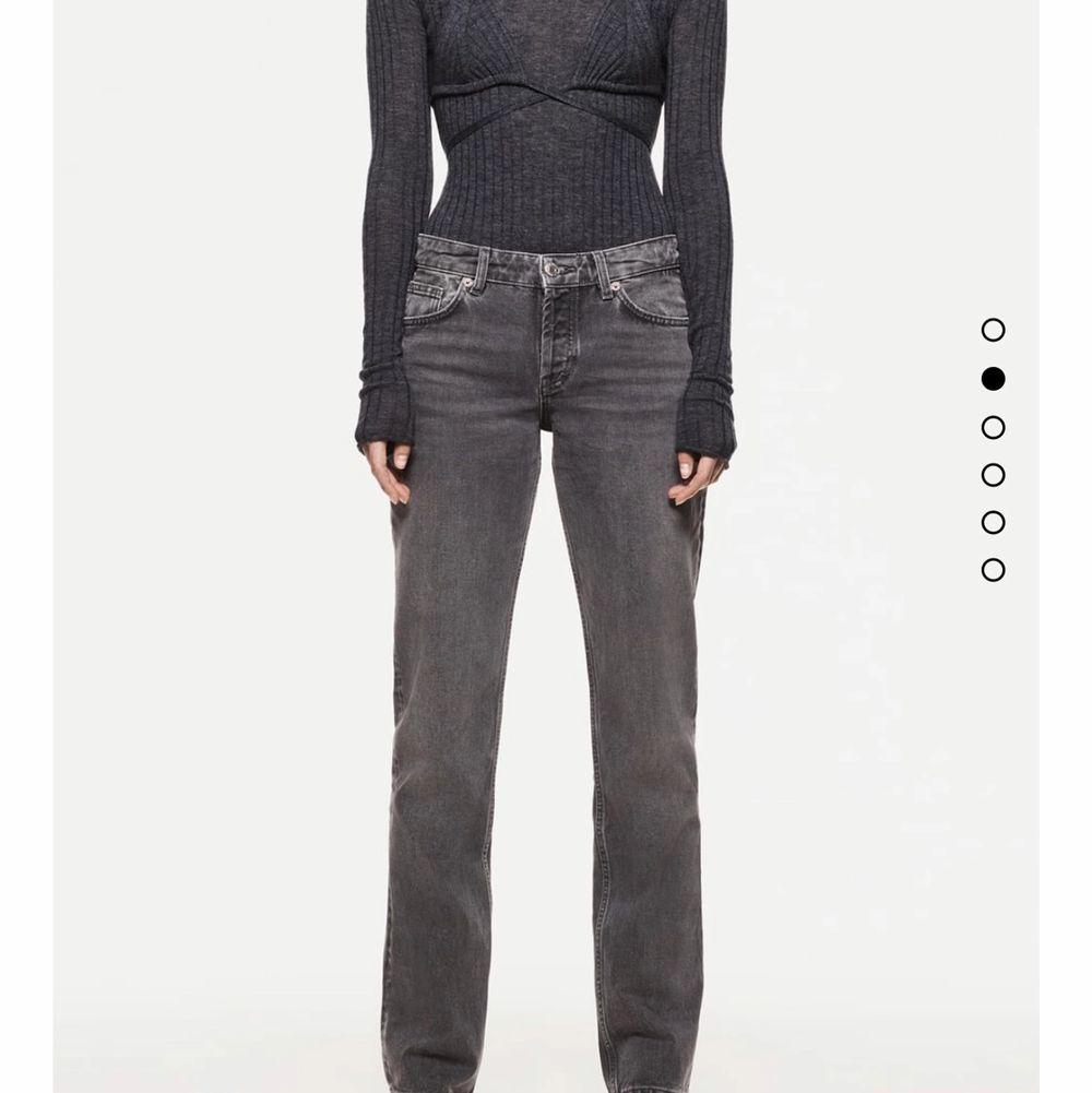 Säljer dessa populära jeans från zara, helt slutsålda!! Bud höjs alltid med 20kr😚 högsta bud: 450. Jeans & Byxor.