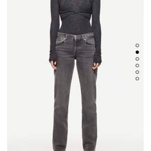 Säljer dessa populära jeans från zara, helt slutsålda!! Bud höjs alltid med 20kr😚 högsta bud: 450