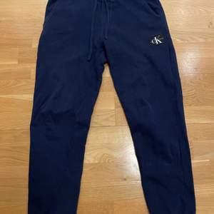 Blåa Calvin Klein mysbyxor. De är storlek S och är i gott skick, köpta för ungefär ett halvår sedan inte använda särkilt mycket. Nypris 1200 kr