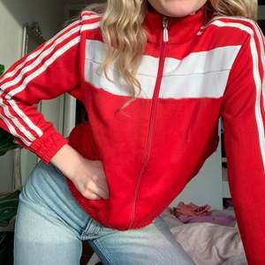 Den traditionella röda zippern från Adidas! Köpt second hand men i superfint skick, och är så snygg nu på våren! Passar XS-M även fast det står storlek M.