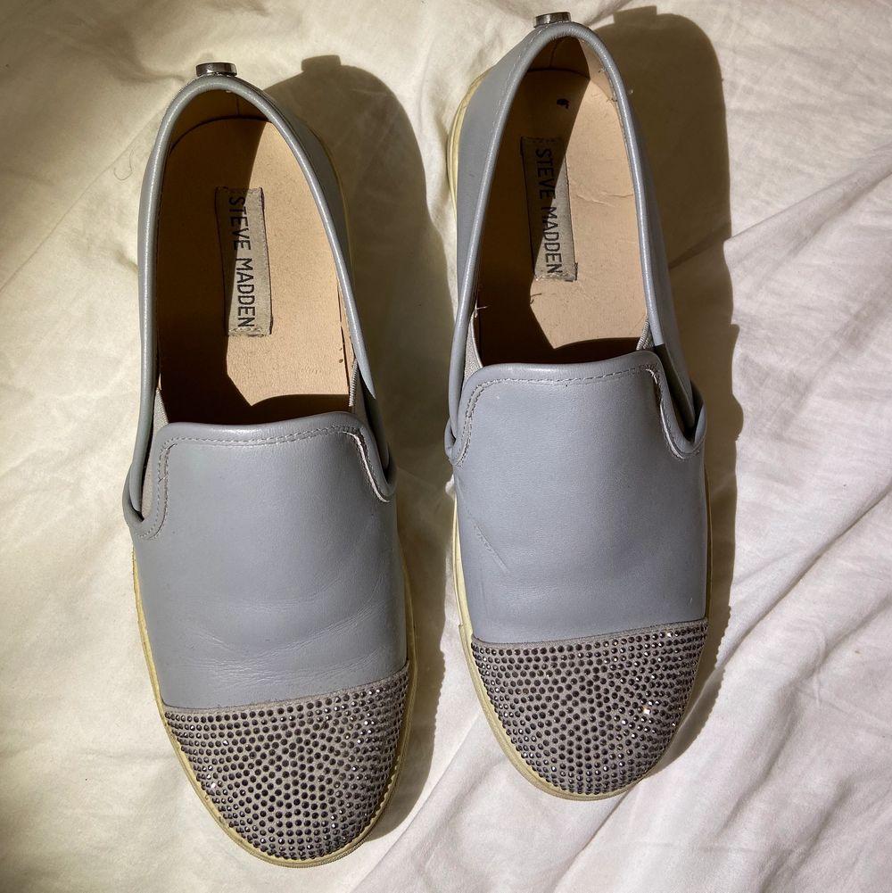 ÄKTA Steve Madden skor OCH gratis frakt (spårbart)💕☺️Dom är använda ett par gånger och är lite smutsiga på sidorna (går att putsa bort). Men själva skon är helt ren och fin!🙌🏻❤️. Skor.