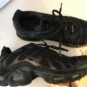 Nike Tn's svarta, storlek 38,5 men funkar även som storlek 39💛 Använda en säsong så dem är lite slitna, därför är priset ganska lågt💛