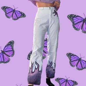 Vita flare jeans med lila edlågor🥰. Jag har målat de själv med textilfärg så de klarar av tvätten😌. Supertrendiga nu när flare modellen och pastell lila är inne💜 Passar bäst för de som inte har en kim k ass då de kan vara svåra att få över då ahhah🥰🥰