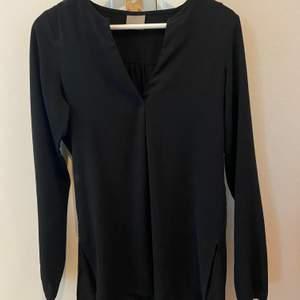 Svart lång blus från Vero Moda i storlek XS.