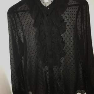 Svart genomskinlig blus i stl 36. Har en svart tröja under på andra bilden, men annars är den genomskinlig även där. Frakt tillkommer 💜