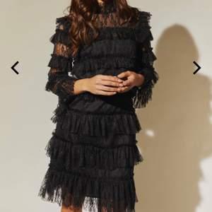 Den populära by malina klänningen i svart. Köpt i december för 1999 kr, använd en gång. Skriv för fler bilder🥳 pris kan diskiteras också