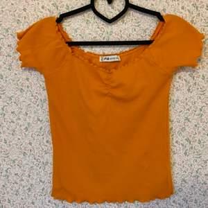 Fin offshoulder-tröja med fina sömdetaljer. Svårt att få rätt färg på bild men tröjan är mycket finare och klarare orange i verkligheten. Storlek XL men känns mer som en M eller L.