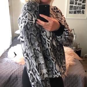 Knappt använd oversized sweatshirt i snakeprint från Nakd. I storlek S men då den är oversized passar den S-L beroende på hur man vill ha passformen.🤎🖤🤍