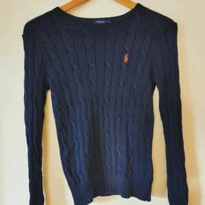 Superfin navyblå kabelstickad tröja från Ralph Lauren i storlek S. Skicket är mycket fint.