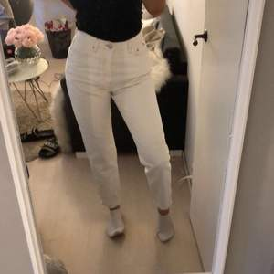 Supersnygga vita momjeans från Gina tricot, jag står för frakten!