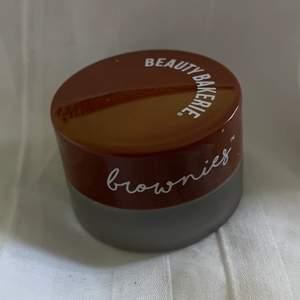 """En ögonbrynspomade ifrån beauty bakerie, i färgen """"dark brown"""". Jättebra men är nu för mörk för mig då jag färgat mitt hår ljusare"""