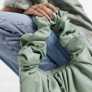 Slutsåld väska från ASOS, jättefin grön färg. Helt oanvänd!