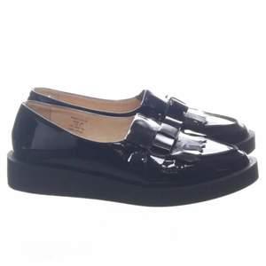 Svart loafers. Fuskläder. Shiny.