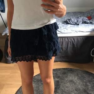 Supergullig blå volangkjol i spets från Abercrombie & Fitch som tyvärr är lite kort på mig som är 170!! Strl xs men liten i storleken, är dock stretchig💙💙