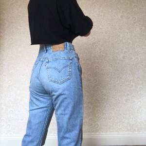 Ljusblåa Levis jeans i modellen 501, är avklippta men går ner i marken på mig som är 170cm